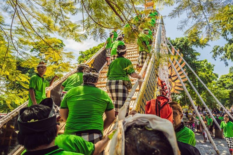 Ubud, Bali, Indonesien - 22. April 2019: Königliches Verbrennungszeremonie prepation Balinese hindus Religionsprozession bieten stockfoto