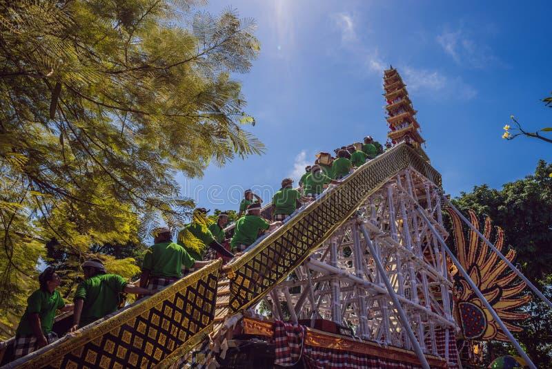 Ubud, Bali, Indonesien - 22. April 2019: Königliches Verbrennungszeremonie prepation Balinese hindus Religionsprozession bieten lizenzfreie stockbilder