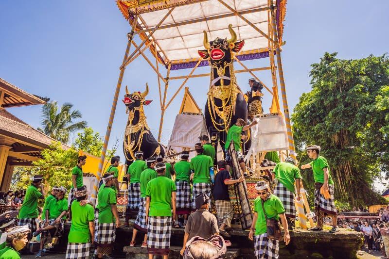 Ubud, Bali, Indonesien - 22. April 2019: Königliches Verbrennungszeremonie prepation Balinese hindus Religionsprozession bieten lizenzfreies stockfoto