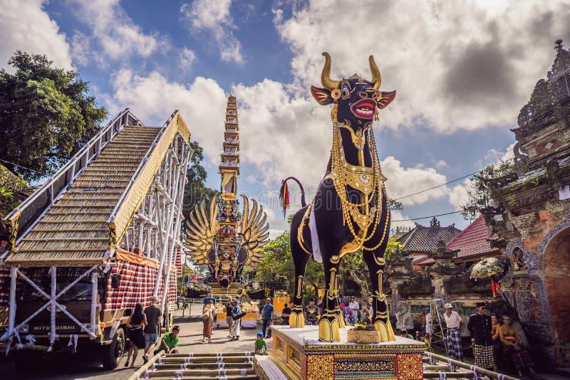 Ubud Bali, Indonesien - April 22, 2019: Kunglig kremeringceremoniprepation Procession för Balinesehindusreligion _ royaltyfri fotografi