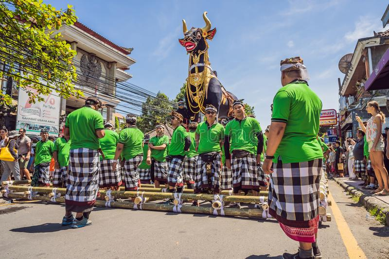 Ubud Bali, Indonesien - April 22, 2019: Kunglig kremeringceremoniprepation Procession för Balinesehindusreligion _ arkivfoton