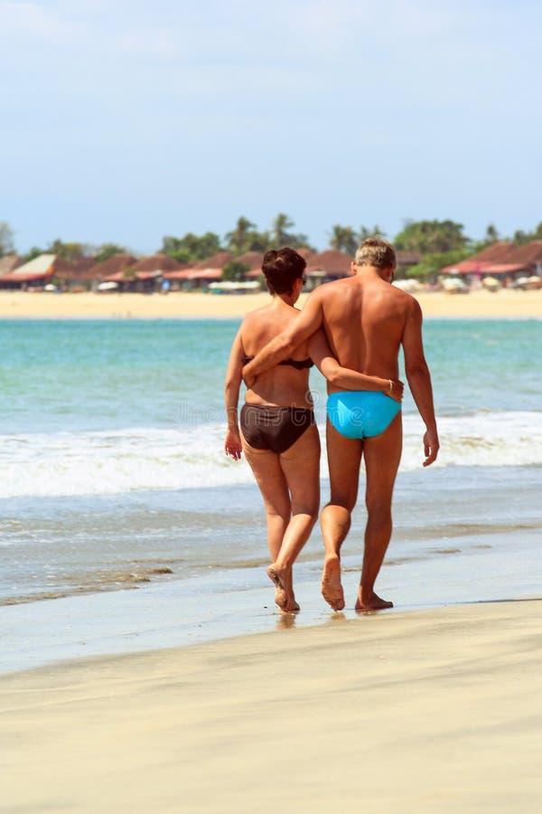 2009 10 11, Ubud, Bali Les gens en Indonésie Un couple marchant le long du littoral de l'océan images stock