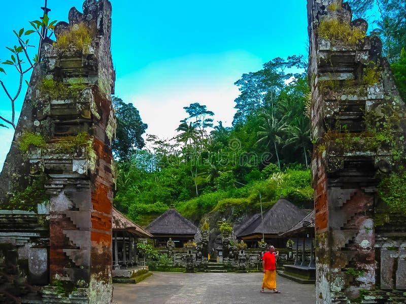 Ubud, Indonesia - 17 de abril de 2012: Templo y Candi de Gunung Kawi en selva en Bali imagen de archivo libre de regalías