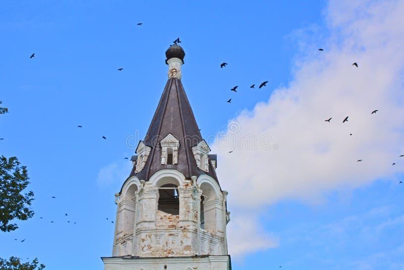 Uccelli di Fluing sopra la cupola della chiesa dell'intercessione nel monastero di presupposto in Aleksandrov, Russia immagini stock