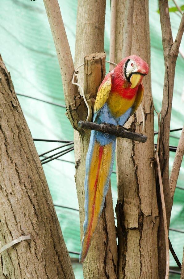 Uccelli di legno del pappagallo o dell'ara sull'albero immagine stock libera da diritti