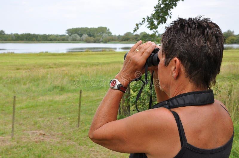 Uccelli di sorveglianza della donna maggiore fotografie stock libere da diritti