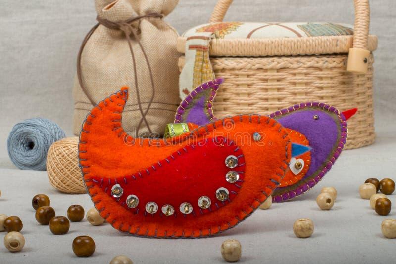 Uccelli viola e rossi del giocattolo fatto a mano di feltro fotografia stock libera da diritti