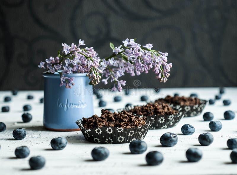 Uccello Cherry Flour Cakes con i mirtilli ed i fiori lilla fotografie stock libere da diritti