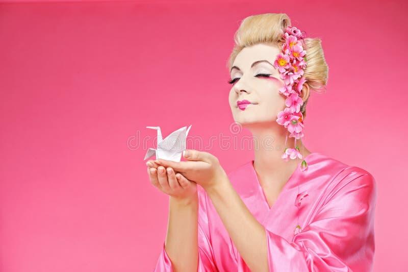 Uccello di origami della holding del geisha fotografie stock