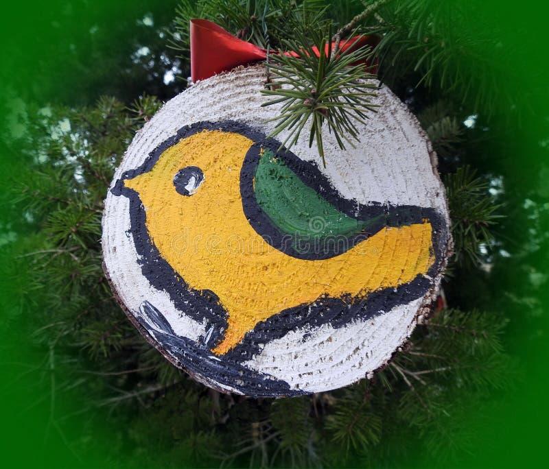 Uccello dipinto su legno che appende sul ramo prima del nuovo anno e del Natale, Lituania fotografia stock