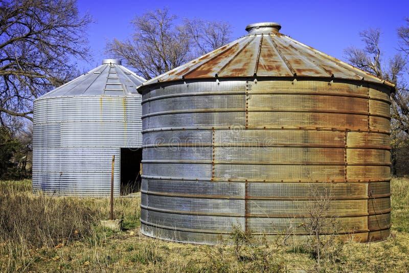 Uchas velhas do milho em uma exploração agrícola velha fotos de stock