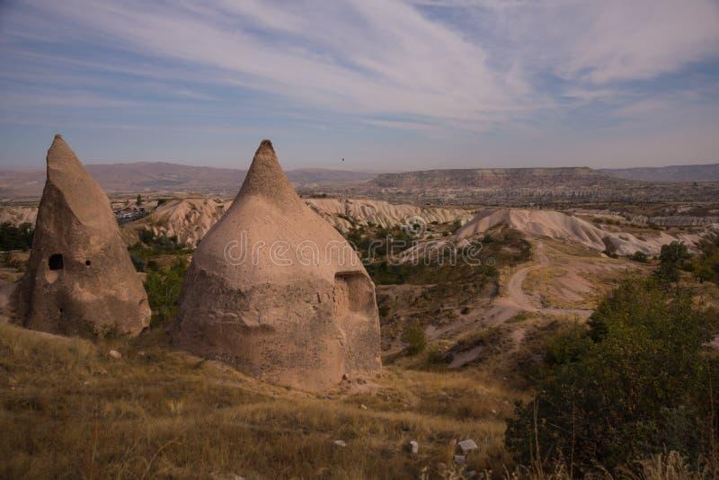 Uchisar, Cappadocia, Turquia: Casas e igrejas da rocha Casas da caverna em montes da areia dos cones foto de stock