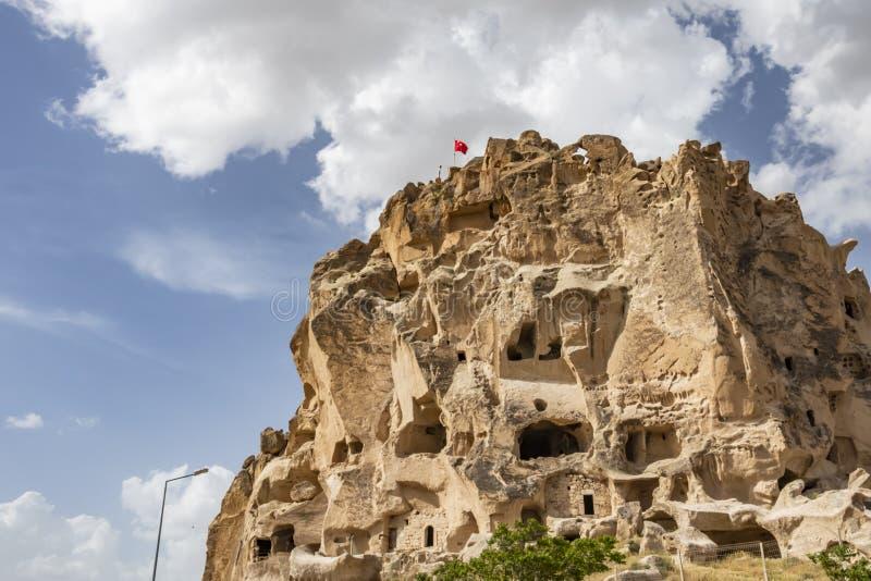 Uchisar, castello di NUchisar è disposto nel villaggio di Uchisar, sopra fra la strada di Goreme e di Nevsehir Vista generale immagine stock libera da diritti