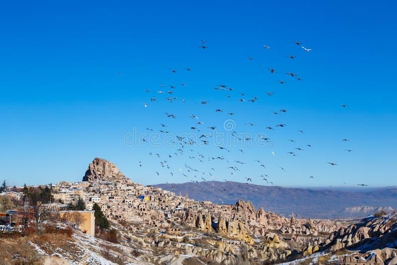 Uchisar dans Cappadocia avec des pigeons photos stock
