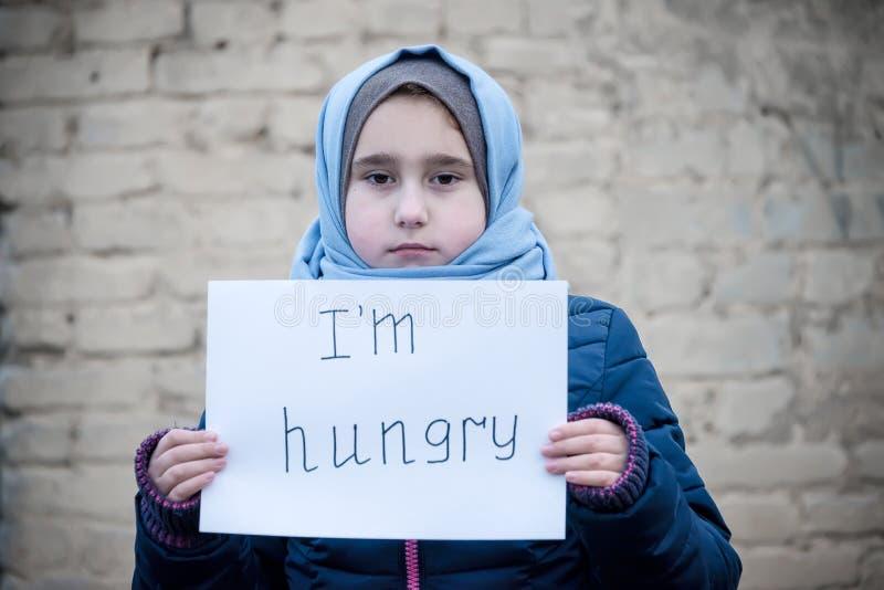 Uchodźca dziewczyna z inskrypcją na białym prześcieradle obraz royalty free