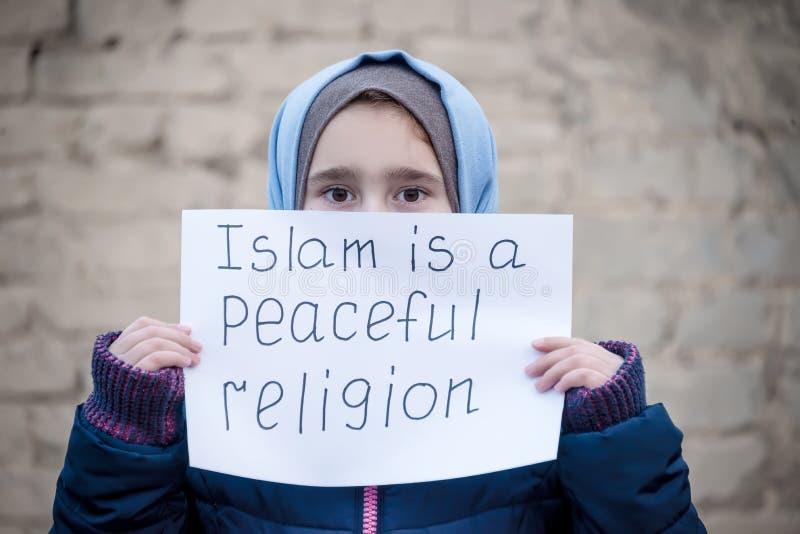 Uchodźca dziewczyna z inskrypcją na białym prześcieradle zdjęcie stock