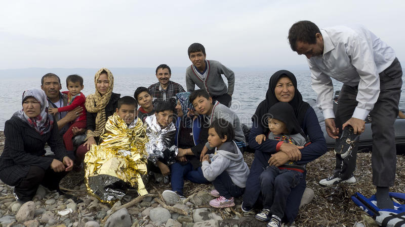 Uchodźca rodzina na brzeg Lesvos Grecja obraz stock