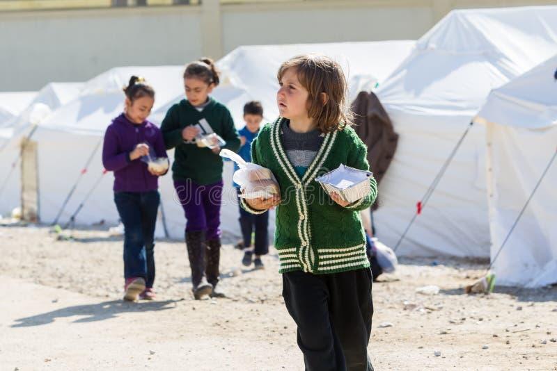 Uchodźcy żyje w namiotach w centrum przeniesieniu Diavata obrazy stock