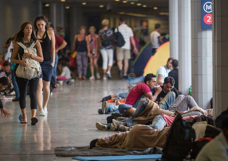 Uchodźcy przy Keleti dworcem w Budapest obraz stock
