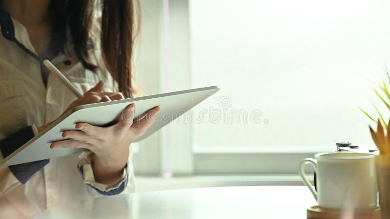 Ucięte młodej samicy za pomocą cyfrowego tabletu i pióra ze światłem porannym fotografia royalty free