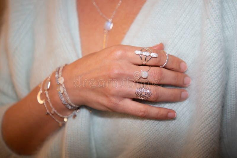 Ucięty widok kobiety złoty naszyjnik pierścionek biżuteria zdjęcia royalty free