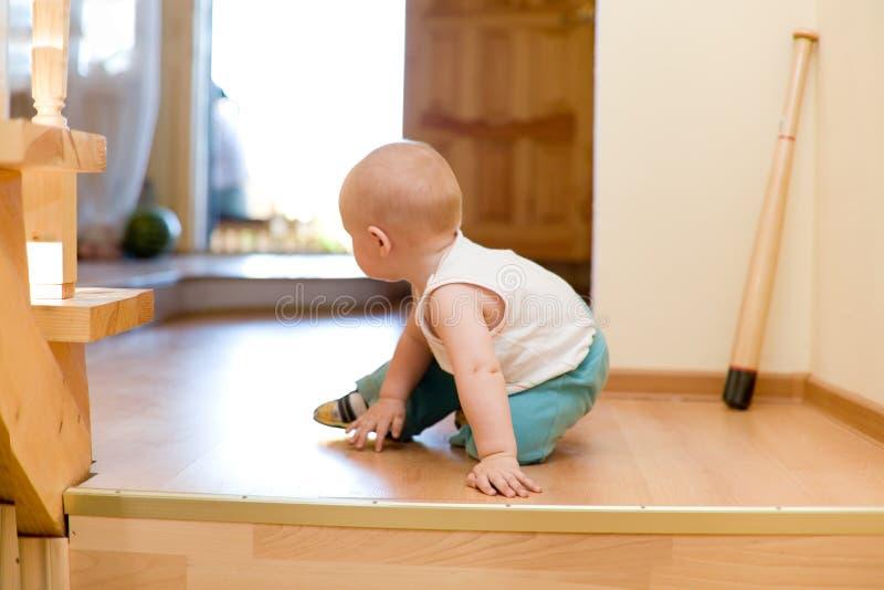 ucieka w domu dziecka mały nietaktowne zdjęcie royalty free