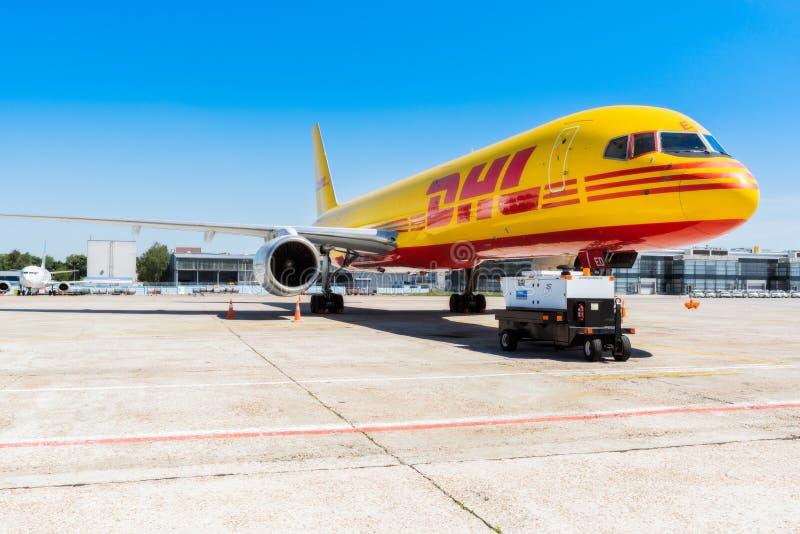 Ucrânia, Borispol - 22 de maio: Boeing 757-200 para transportar a empresa DHL da carga no aeroporto internacional de Borispol o 2 imagens de stock royalty free