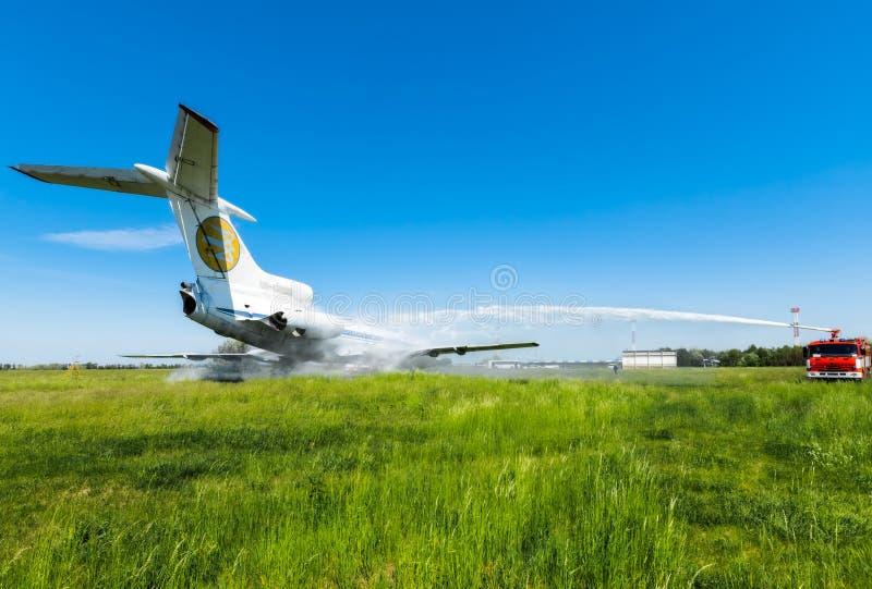 Ucrânia, Borispol - 22 de maio: O aeroporto internacional Boryspil do corpo de bombeiros gasta doutrinas em aviões da supressão o imagens de stock
