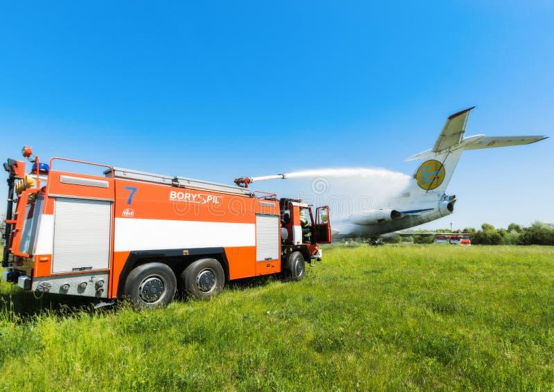Ucrânia, Borispol - 22 de maio: O aeroporto internacional Boryspil do corpo de bombeiros gasta doutrinas em aviões da supressão o fotografia de stock royalty free