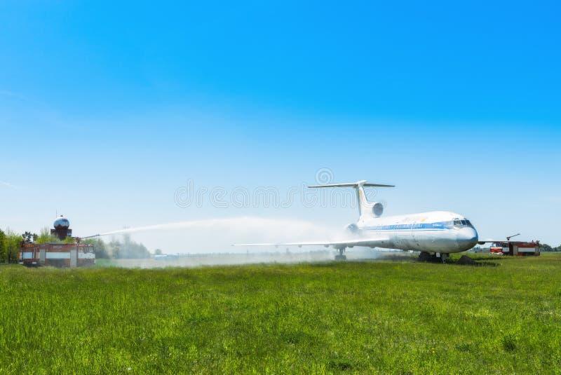 Ucrânia, Borispol - 22 de maio: O aeroporto internacional Boryspil do corpo de bombeiros gasta doutrinas em aviões da supressão o imagem de stock