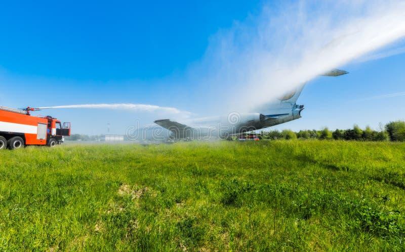 Ucrânia, Borispol - 22 de maio: O aeroporto internacional Boryspil do corpo de bombeiros gasta doutrinas em aviões da supressão o foto de stock
