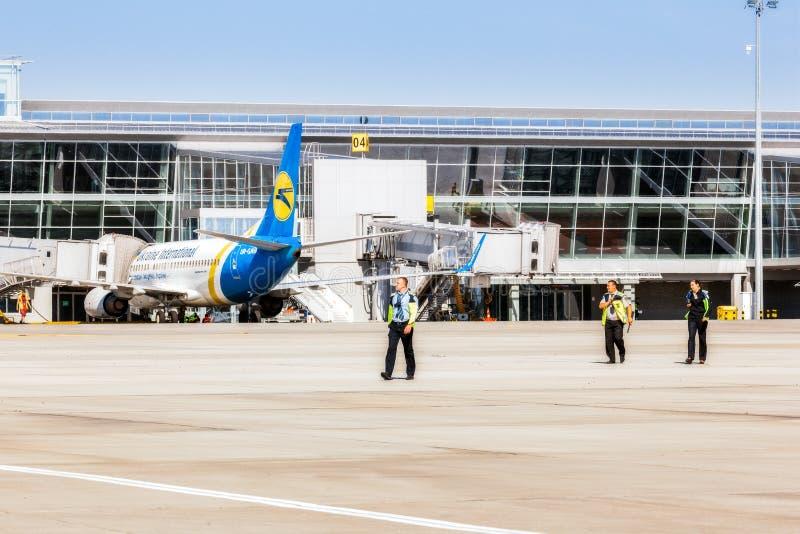 Ucrânia, Borispol - 22 de maio: A segurança aeroportuária está na pista de decolagem no aeroporto internacional de Borispol o 22  foto de stock