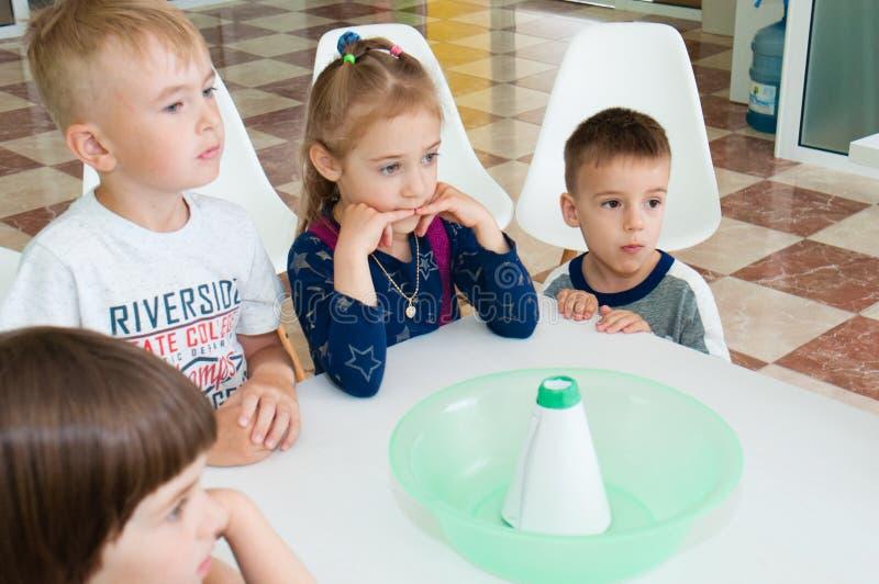 Ucrânia, Chernigov, centro coworking de Svitoglyad, o 25 de maio de 2019: Uma classe mestra para crianças prées-escolar, ciência  imagens de stock royalty free