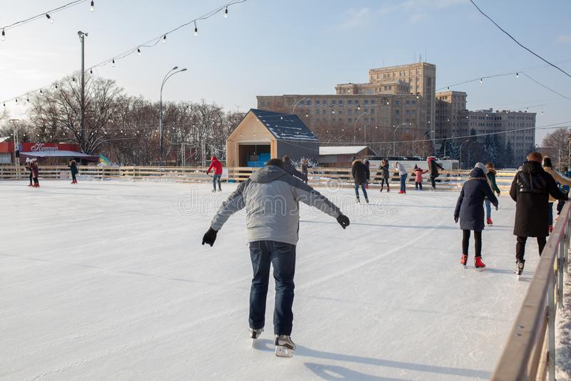 Ucrânia, Kharkov povos do 30 de dezembro de 2018 patina no parque da cidade no quadrado da liberdade foto de stock