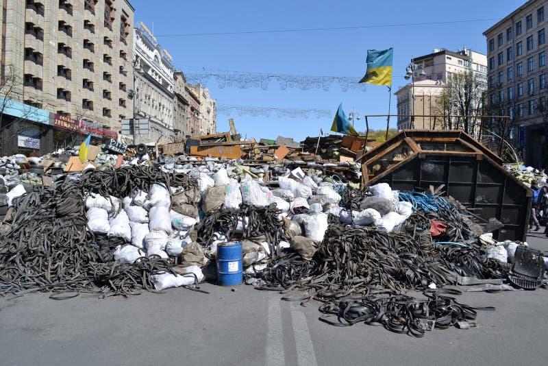 Ucrânia, Kiev - 7 de abril de 2014: Barricadas após uma tempestade na rua principal de Kiev imagem de stock