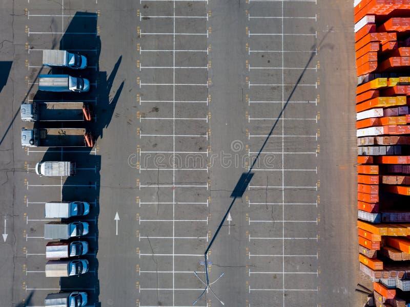 Ucrânia, Kiev 8 de abril de 2018 Loja de construção Epicentr K Lugar de estacionamento, armazenamento do armazém dos materiais de imagem de stock