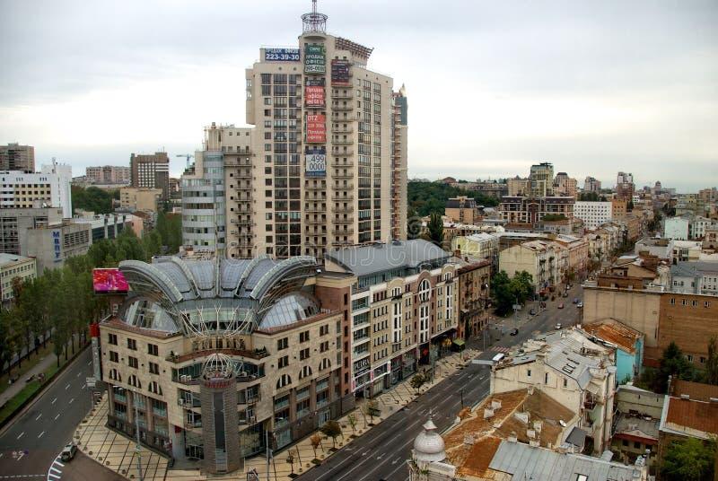 UCRÂNIA, KIEV - 3 DE OUTUBRO: panorama da cidade de Kiev no fundo nebuloso escuro do dia, Ucrânia 3 de outubro de 2012 Kiev, Ucrâ fotos de stock