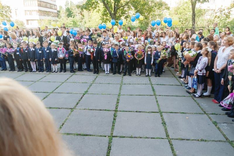 ucrânia Kiev - 1º de setembro de 2016 os Primeiro-graduadores e outro studen imagens de stock royalty free