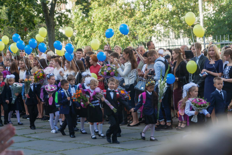 ucrânia Kiev - 1º de setembro de 2016 os Primeiro-graduadores e outro studen foto de stock royalty free