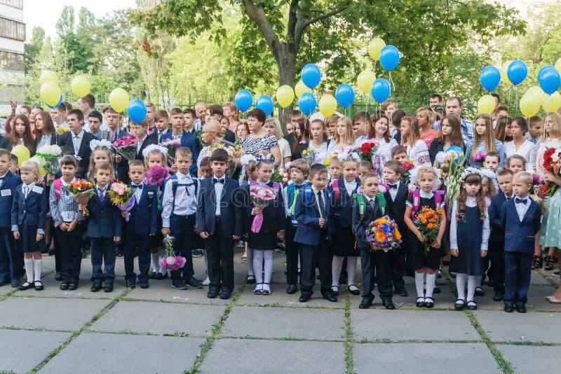 ucrânia Kiev - 1º de setembro de 2016 os Primeiro-graduadores e outro studen fotos de stock