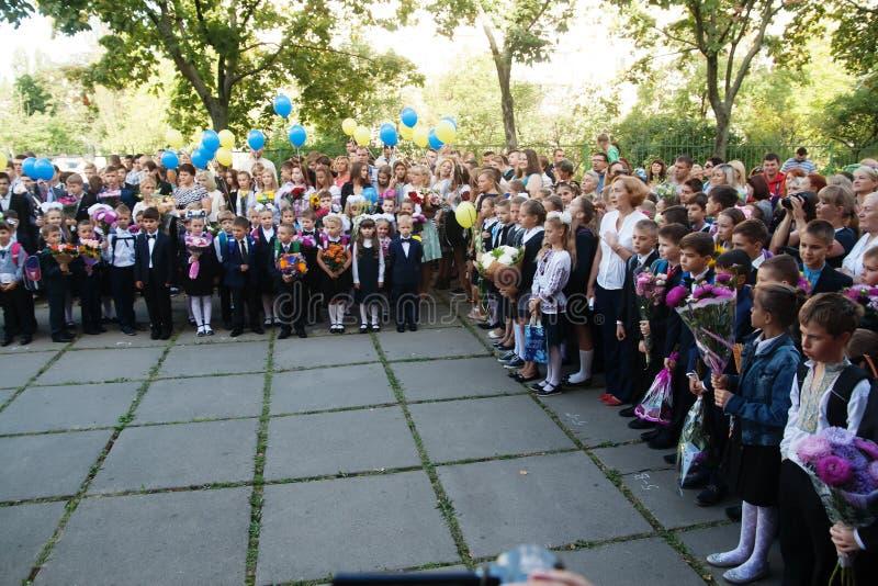 ucrânia Kiev - 1º de setembro de 2016 os Primeiro-graduadores e outro studen imagens de stock