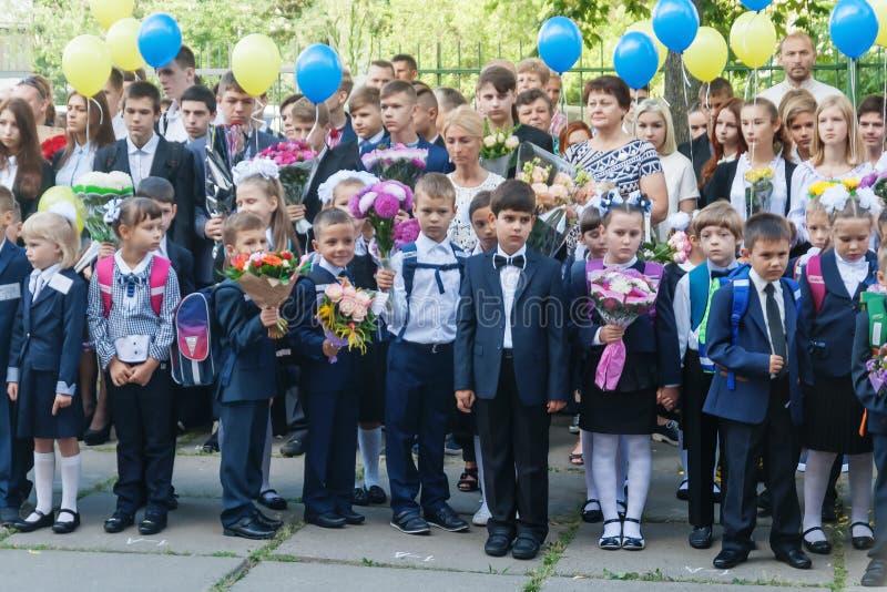 ucrânia Kiev - 1º de setembro de 2016 os Primeiro-graduadores e outro studen imagem de stock