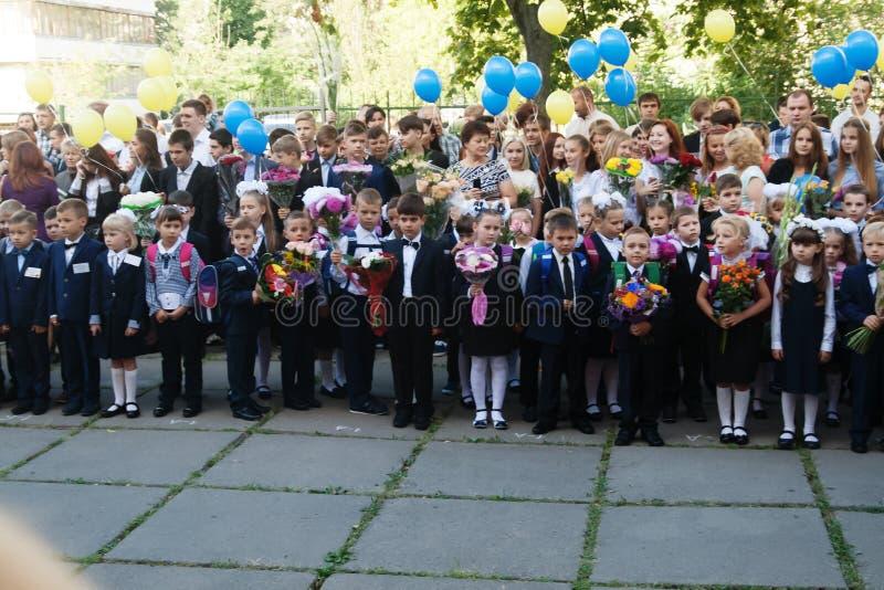ucrânia Kiev - 1º de setembro de 2016 os Primeiro-graduadores e outro studen foto de stock