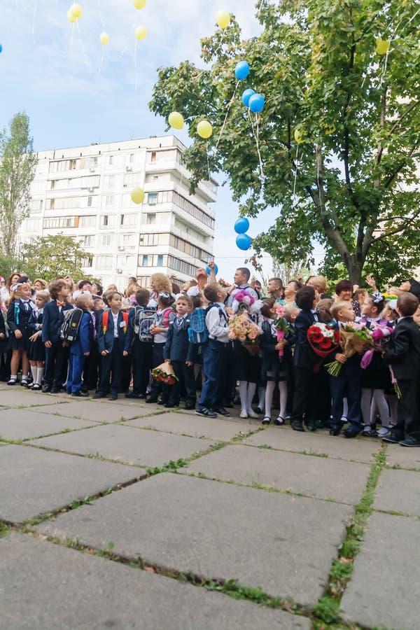 ucrânia Kiev - 1º de setembro de 2016 os Primeiro-graduadores e outro studen imagem de stock royalty free