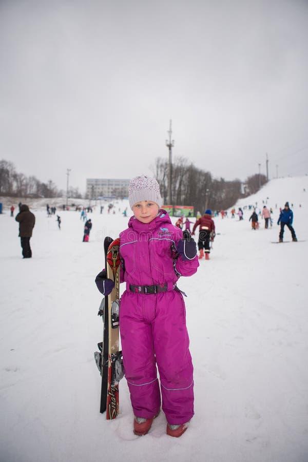 Ucrânia, Kiev estância de esqui Protasov Yar 25 de janeiro de 2015 A inclinação do esqui no centro da cidade Escola do esqui para fotos de stock royalty free