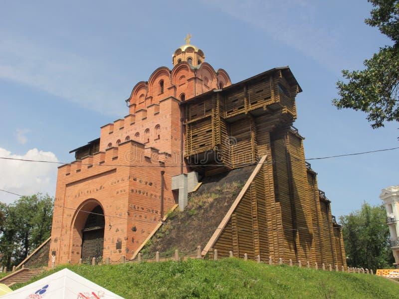 Ucrânia Kiev Porta Dourada Luzes Sítios culturais Locais sagrados fotografia de stock