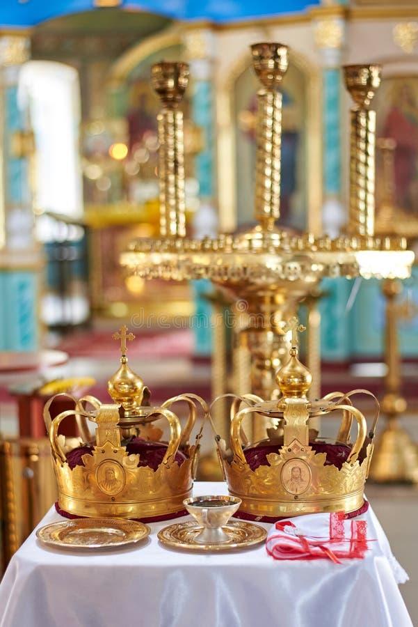 Ucrânia, Konotop - 23 de junho de 2019: Coroas para a cerimônia de casamento na igreja ortodoxa fotografia de stock