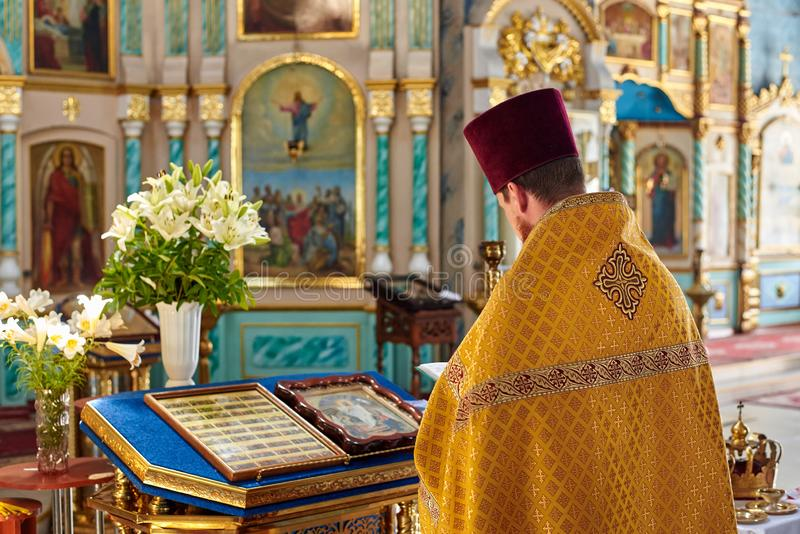 Ucrânia, Konotop - 23 de junho de 2019: O padre na igreja ortodoxa conduz a adoração foto de stock royalty free