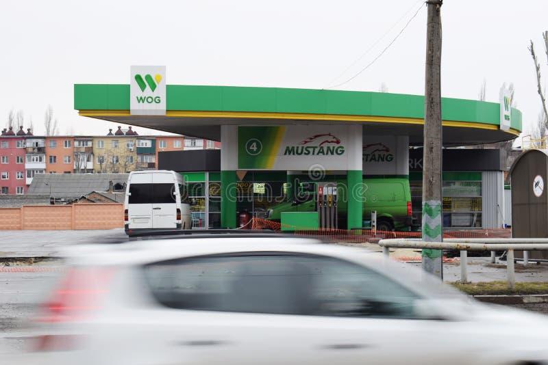 Ucrânia, Kremenchug - em março de 2019: WOG do posto de gasolina Carros que passam perto no borrão de movimento ocupado fotos de stock