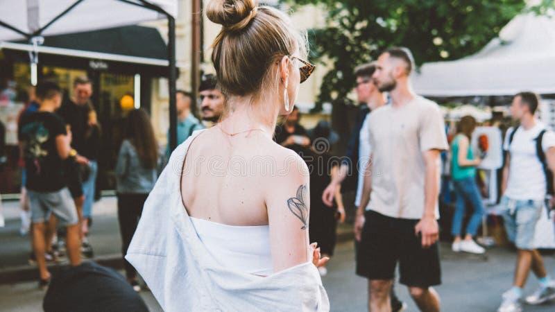 Ucrânia, Kyiv - 1º de junho de 2019: Festa do quarteirão Kyiv Os adolescentes novos e na moda estão andando na rua principal da c foto de stock